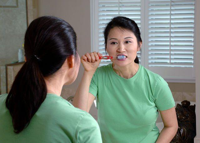 640px-Woman_brushing_teeth